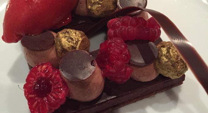 Fondant au chocolat noir sur un sablé framboises et poivrons